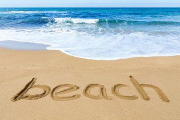 Wort Strand in Sand mit blauem Meer auf der Insel Kefalonia in Griechenland von Ben Schonewille