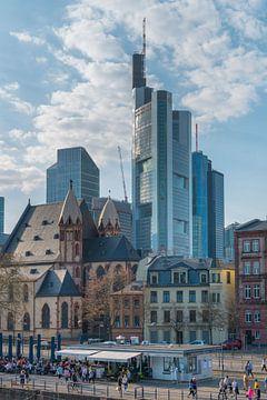 Wolkenkrabbers omringd door oude stad van Frankfurt am Main, Hessen, Duitsland van Peter Apers