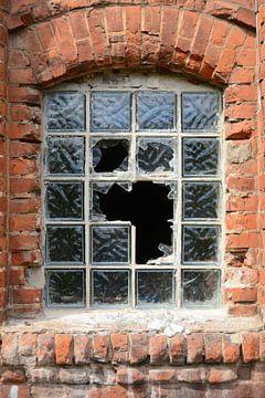 zerstörtes Fenster an der Fassade einer stillgelegten Fabrik von Heiko Kueverling
