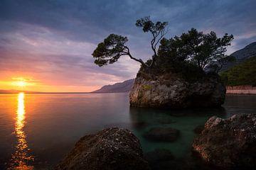 Zonsondergang Kroatië aan de Adriatische kust - Brela Rock van Vincent Fennis