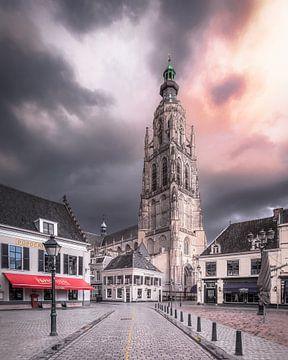 Dramatische wolken boven De Havermarkt in Breda van Joris Bax