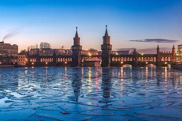 Berlin Oberbaumbrücke Panorama am Abend im Winter von Jean Claude Castor