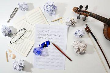 Arbeitsplatz eines Musikers, zerknülltes und flaches Notenblatt, handschriftliche Notation einer Mus von Maren Winter