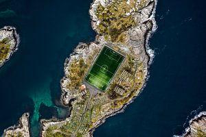 Voetbalveld omgeven door water