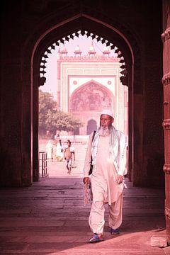 Homme musulman à la porte de Fort fatehpur sikri sur Karel Ham