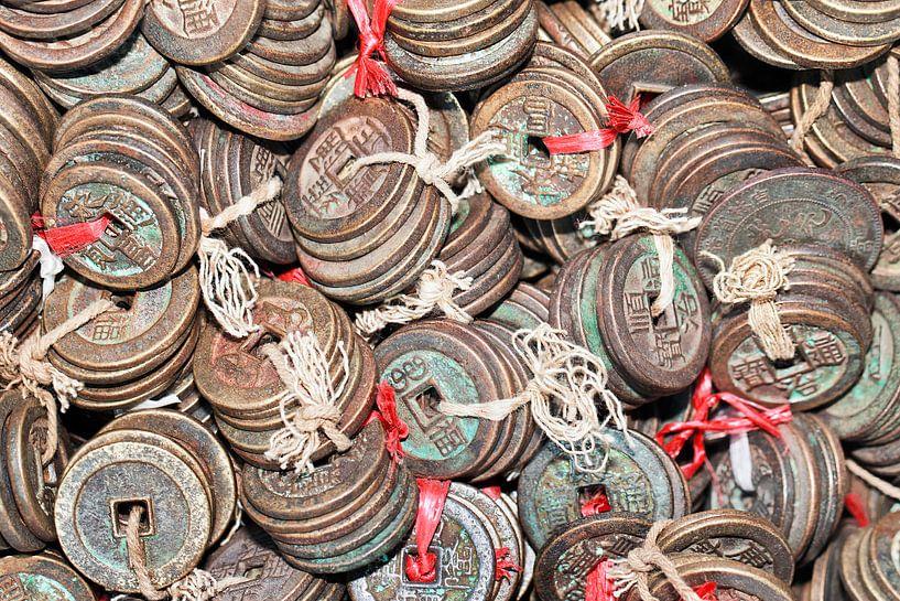 Gebonden antieke Chinese muntstukken op een Chinese rommelmarkt van Tony Vingerhoets