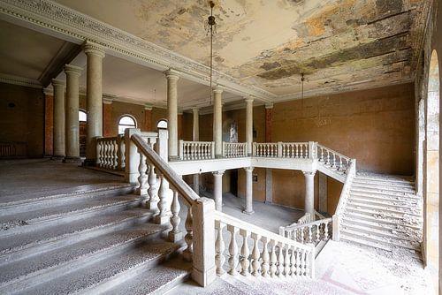 Verlassenes Treppenhaus im Verfall. von