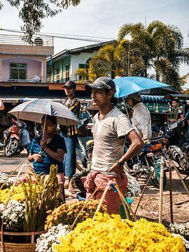 Junge und Frau verkaufen Blumen auf einem Markt in der Nähe von Rangoon (Rangoon) in Myanmar (Burma) von Michiel Dros
