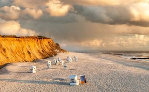 Rotes Kliff mit Wolken von Dirk Thoms