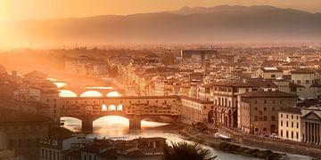Florence met de brug Ponte Vecchio in de zonsondergang. van Voss Fine Art Fotografie
