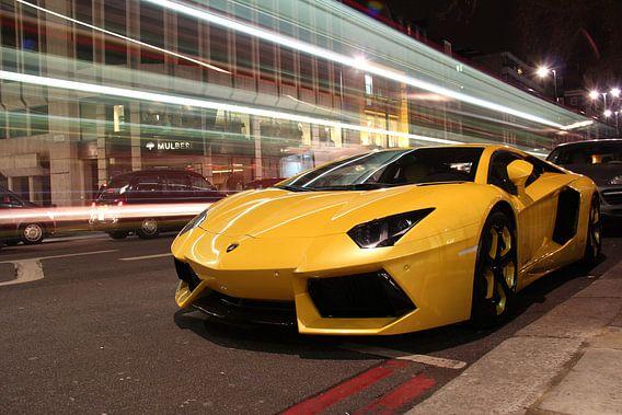 Gelber Lambo  supercar in London mit vorbeifahrenden Doppeldeckern