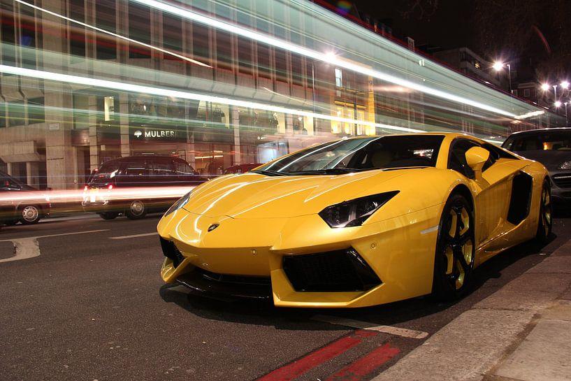 Gelber Lambo  supercar in London mit vorbeifahrenden Doppeldeckern von Atelier Liesjes