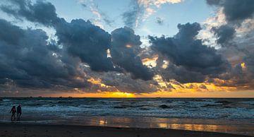 Strandwandeling bij zonsondergang... van Bert - Photostreamkatwijk