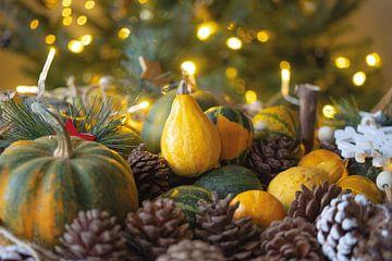 Kerstsfeer met een mix van dennenappels en kalebassen. van SuparDisign