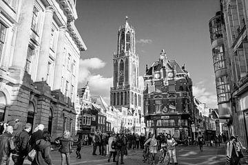 Stimmungsvolles Utrecht, Dom oder Domturm von der Rathausbrücke aus in Schwarz-Weiß von Floor Fotografie