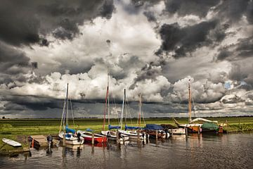 Zeilbootjes bij dreigende lucht bij Woudsend van Frans Lemmens