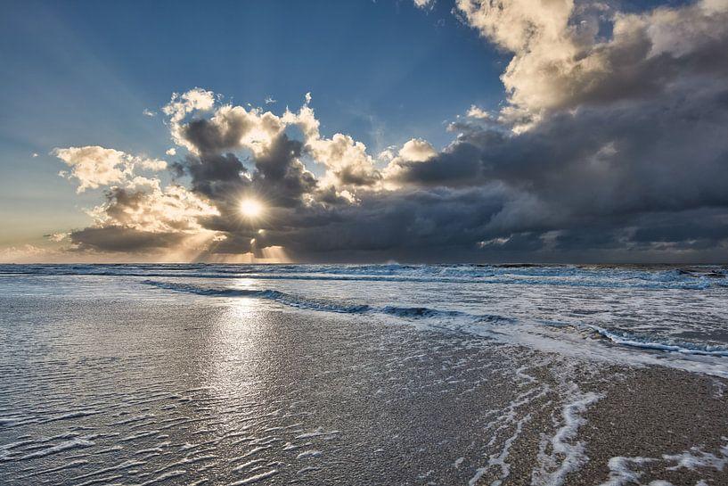 zon breekt door de wolken van eric van der eijk