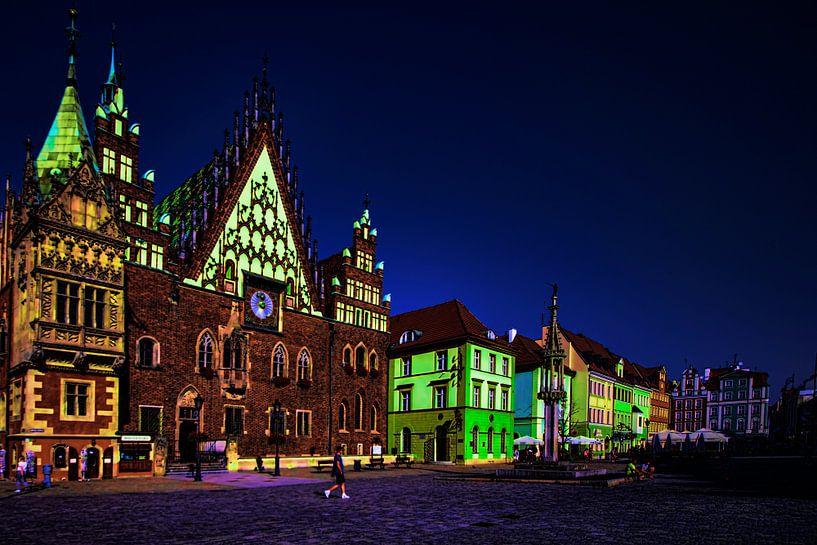 Zicht op een plein met felgekleurde gebouwen bij avond van Rita Phessas