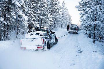 Auto uit de sneeuw trekken in Finland // Saariselkä, Finland van PHOTORIK