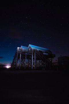 Pfahlbauten im Watt bei Nacht von Florian Kunde