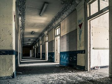 Korridor im Gebäude der Universität in Belgien von Art By Dominic