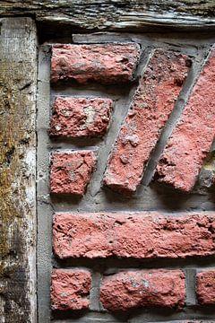 Bakstenen met hout van Studio Zwartlicht