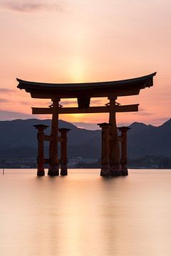 Miyajima eiland-  Itsukushima Floating Torii Gate bij zonsondergang van Marcel van den Bos