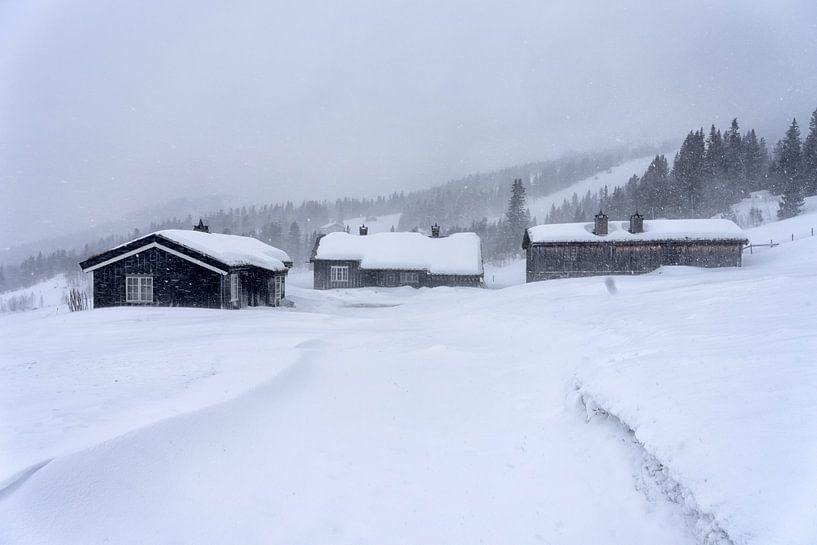 Hutten in sneeuwval van Angelika Stern