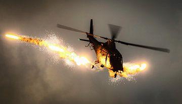 Augusta A109 van de belgische luchtmacht schiet flares boven Kleine Brogel van Stefano Scoop