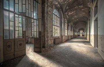 Korridor eines alten psychiatrischen Krankenhauses Urbex von Olivier Van Cauwelaert