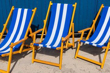 Blauwe ligstoelen op terras van Daan Kloeg