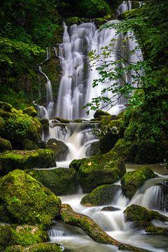 Ein Wasserfall an einem fantastischen Ort in Frankreich von Vincent Alkema