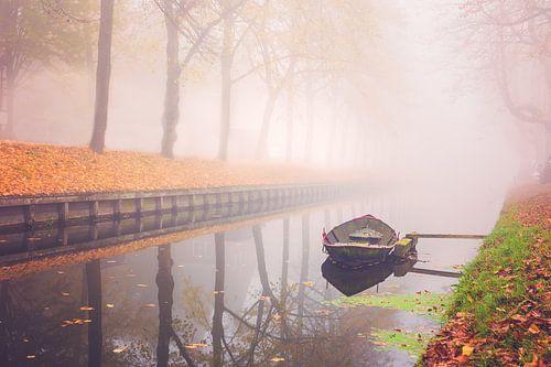 Herfst bootje in de mist van