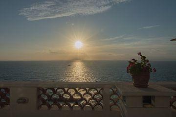 Romantische zonsondergang boven de Golf van Napels