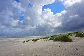 Verlaten strand met wolken van Folkert Jan Wijnstra