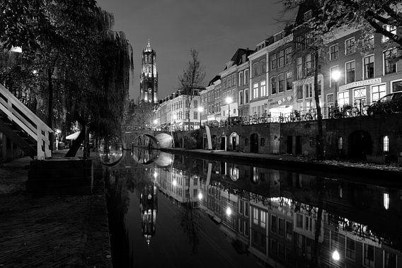 Oudegracht in Utrecht tussen Hamburgerbrug en Weesbrug met Domtoren, ZWART-WIT van Donker Utrecht