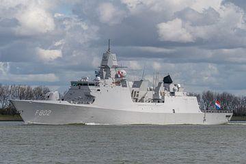 Le Zr.Ms. De Zeven Provinciën (F 802) de la Marine royale néerlandaise navigue sur le Nieuwe Waterwe sur Jaap van den Berg