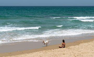 Vrouw relaxed op het strand in Tel Aviv van Bart van Lier