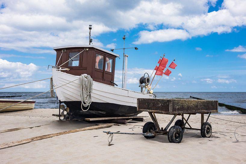 A fishing boat on shore of the Baltic Sea in Koserow van Rico Ködder