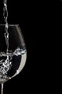 Splash ! Fête de l'eau apaisante dans un verre de vin sur Tosca Dekker - Fleury