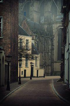 Hinter dem Dom in Utrecht in Farbe an einem nebligen Tag von De Utrechtse Grachten