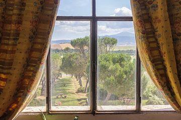 Uitzicht uit een Toscaans landhuis von Ed de Cock