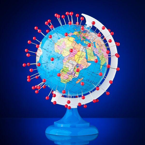 Foto van een wereldbol met heel veel plaatsmarkeringen van Wijnand Loven