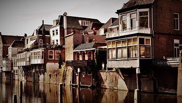 Schöne alte Gebäude entlang des Wassers in Gorinchem von Maud De Vries
