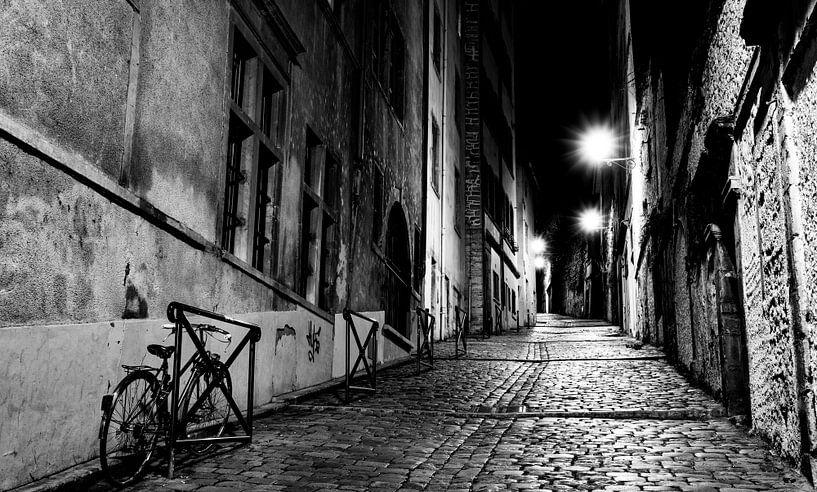 Steegje bij nacht van Steven Groothuismink