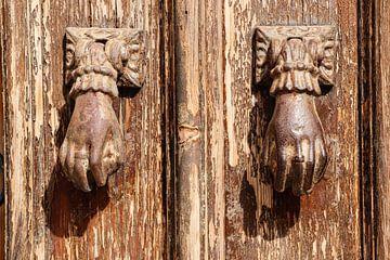 deur kloppers in Tavira in Portugal van laura van klooster