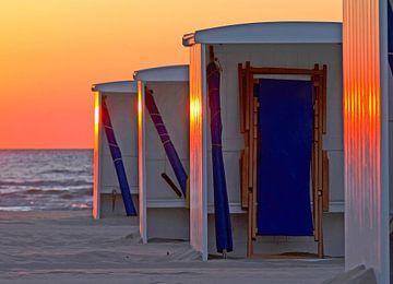 strandhuisjes voor de zonsondergang von Dirk van Egmond