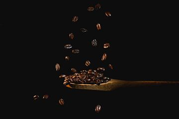 Vliegende koffiebonen, flying coffeebeans van Corrine Ponsen
