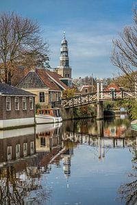 De dominante kerktoren van Hindeloopen met een klassiek brugje op de voorgrond