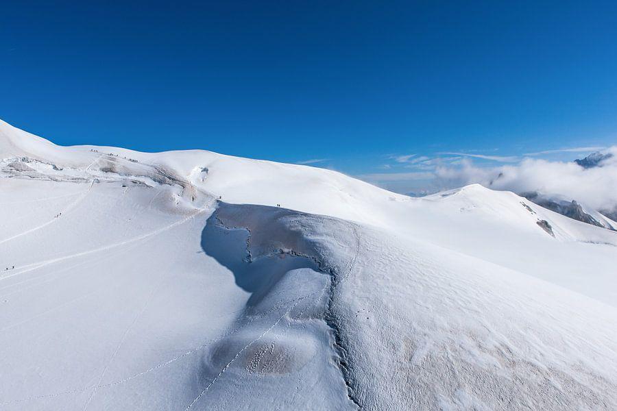 Alpinisten op de bergkam bij de Aguille de Midi in de franse alpen bij Chamonix. Wout Kok One2expose van Wout Kok
